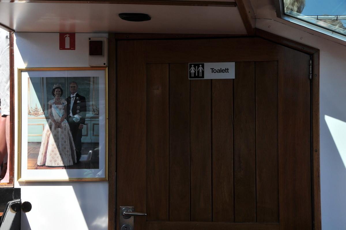 Die Schiffstoilette neben dem Bild des Königspaares