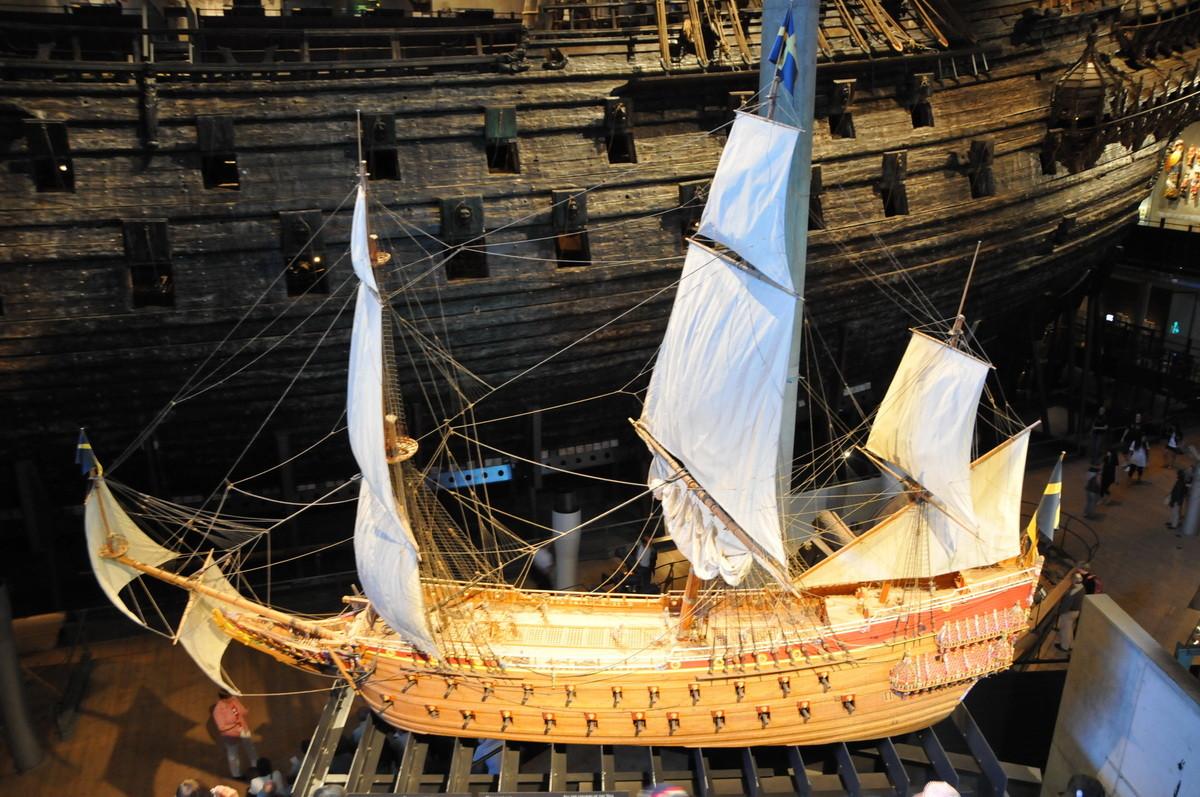 """Original und Modell des Kriegsschiffes """"Vasa"""", welches.."""