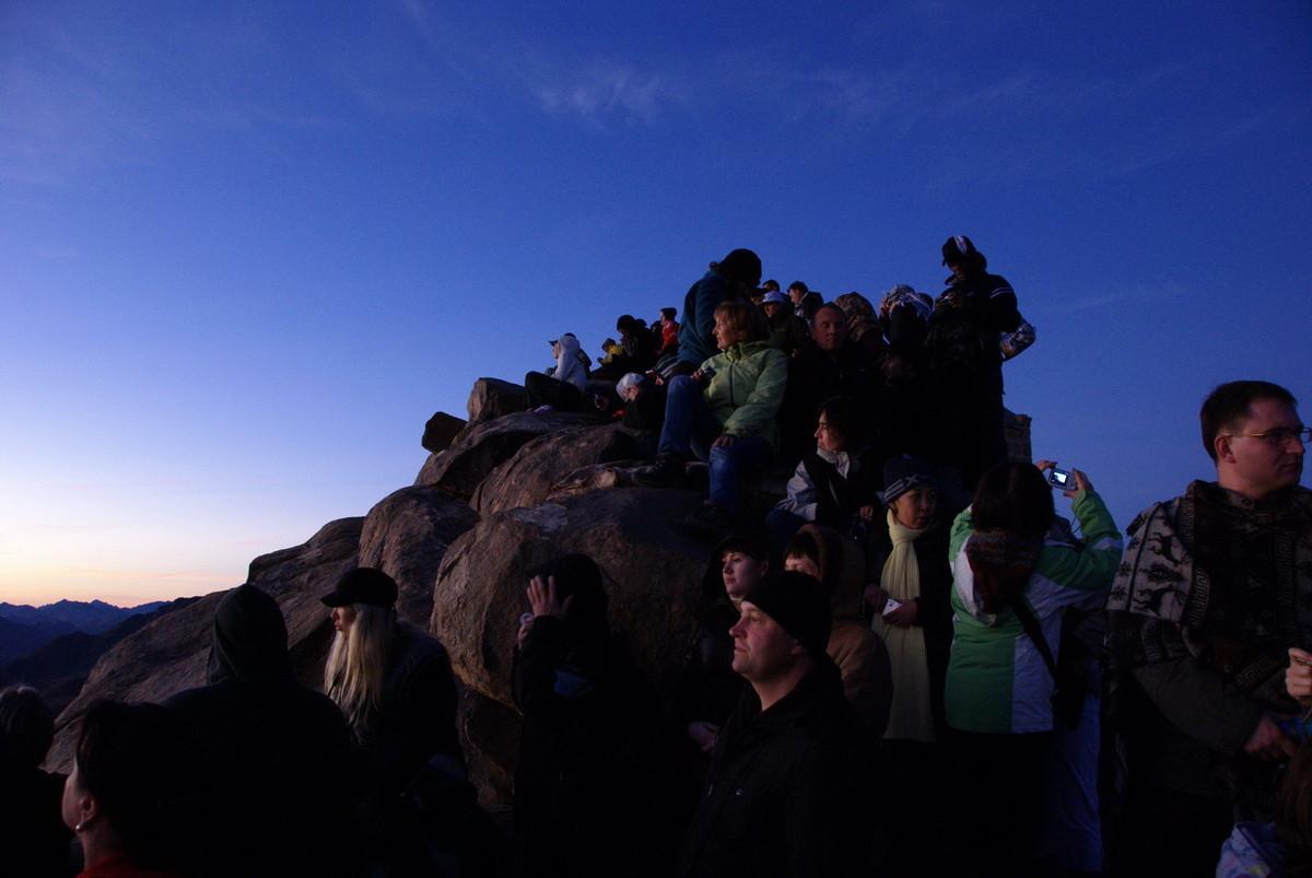 Oben kurz vor Sonnenaufgang auf dem Gipfel