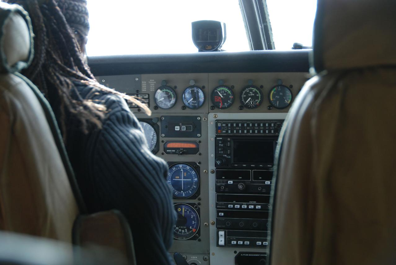 Unsere Pilotin bringt uns mit einer Cessna in die Serengeti