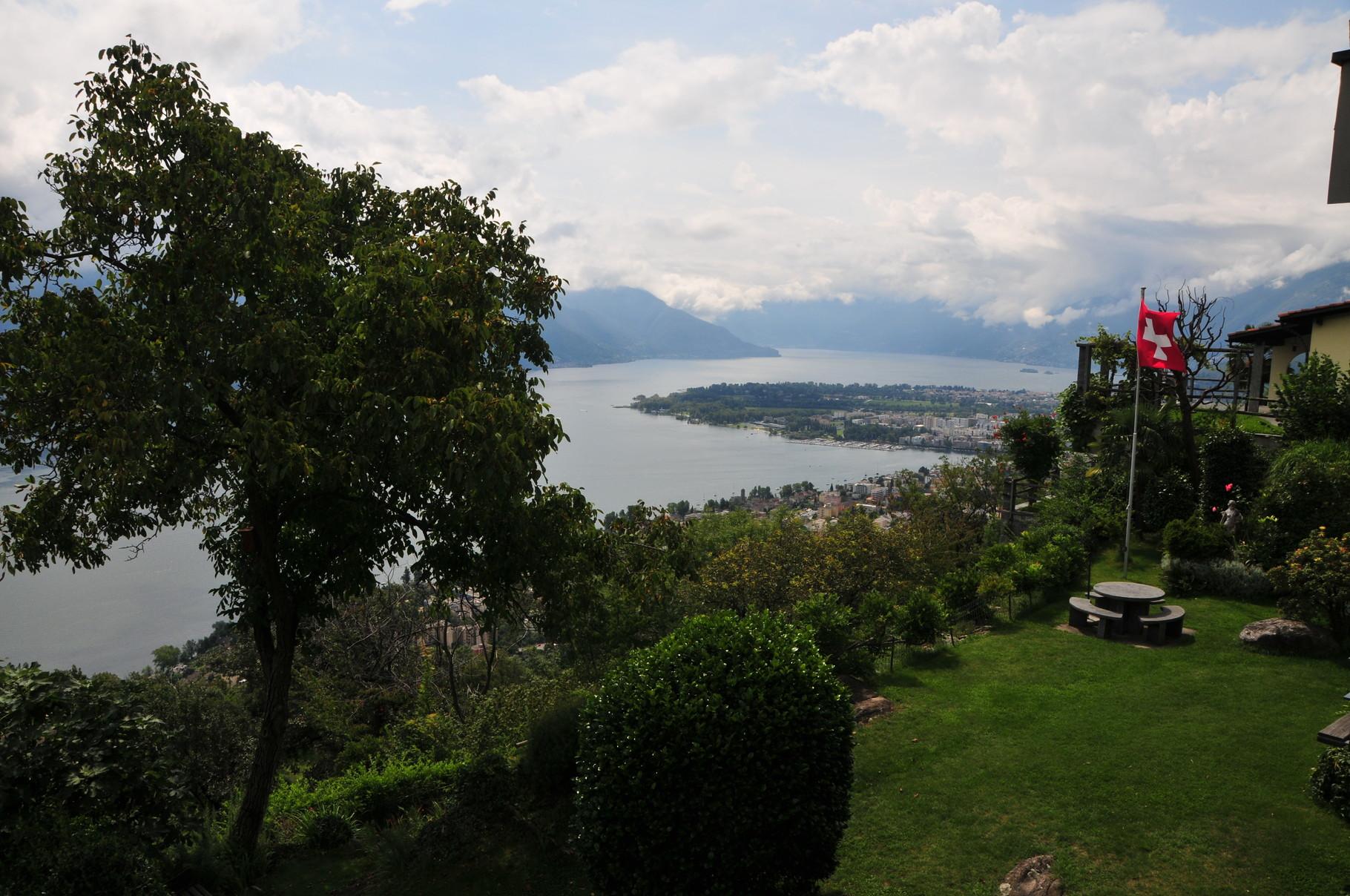 Blick auf Lago Maggiore mit Halbinsel Locarno + Ascona
