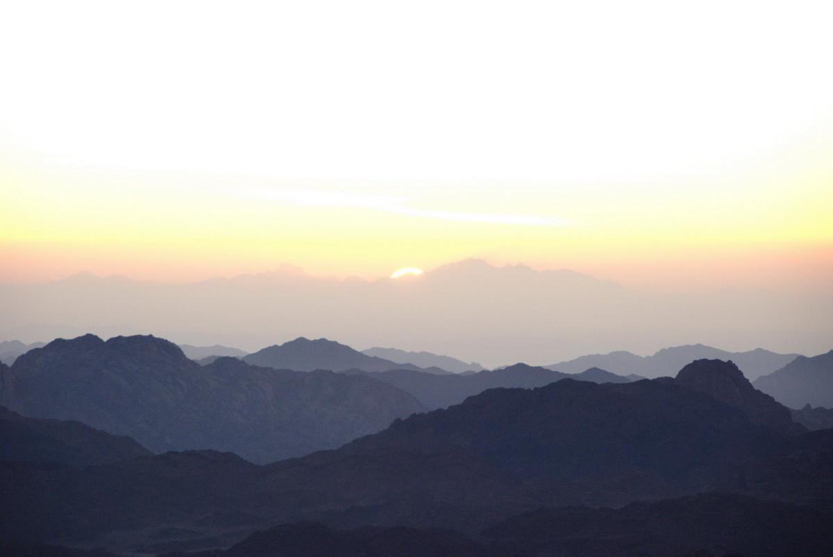 Die Bergketten werden sichtbar
