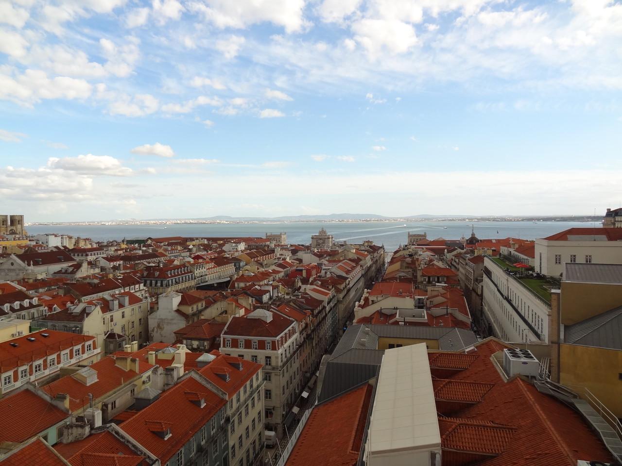 Blick vom oberen Stadtteil Chiado auf die Baixa