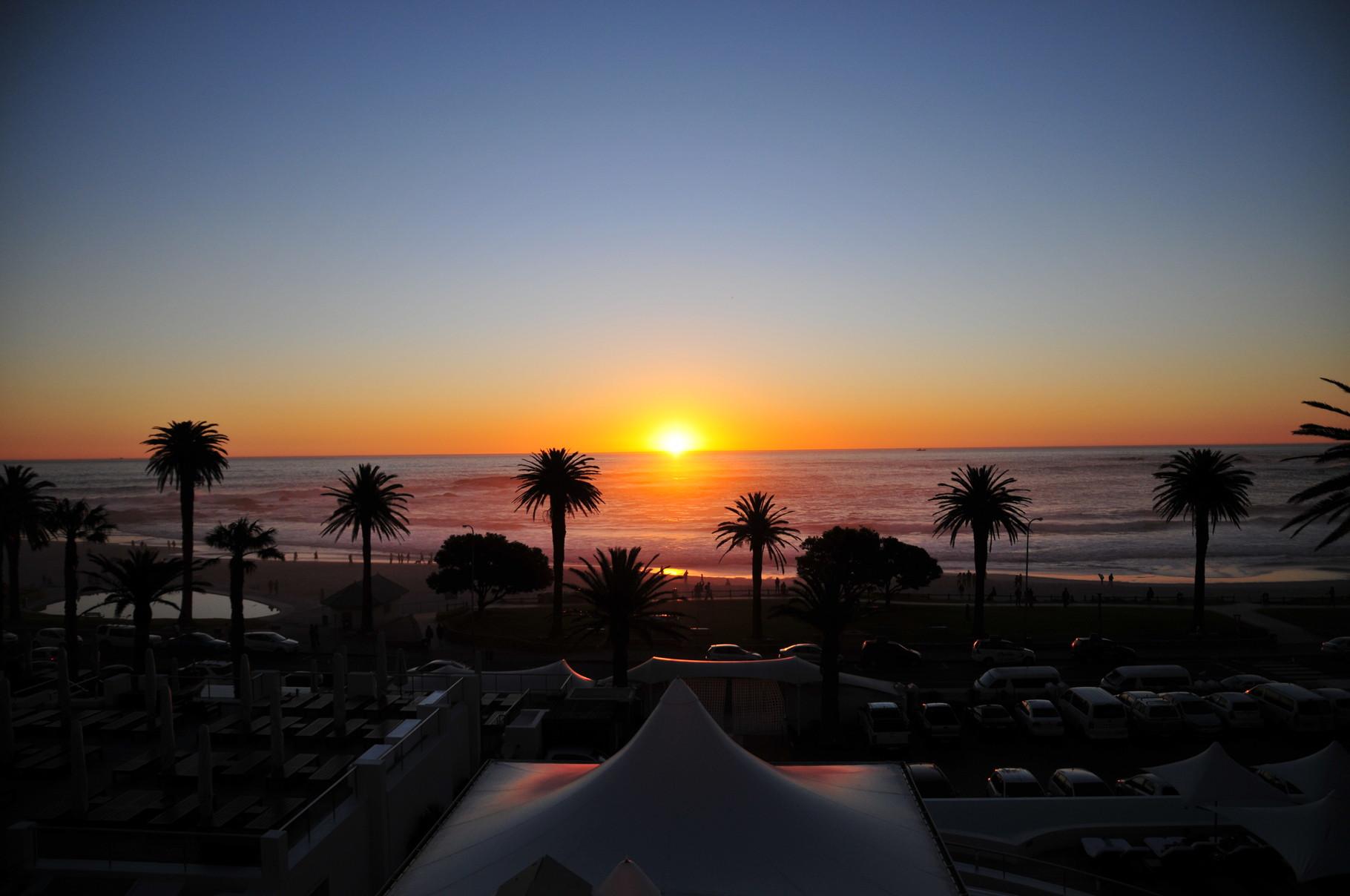 """... geht auch schon die Sonne unter. Abendesen im """"Paranga"""""""