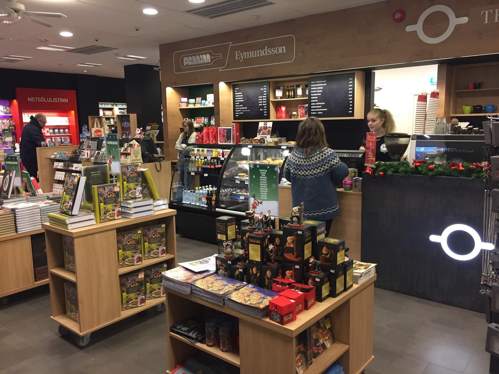 Eymundsson Bücherladen mit Kaffee-Ecke und WiFi