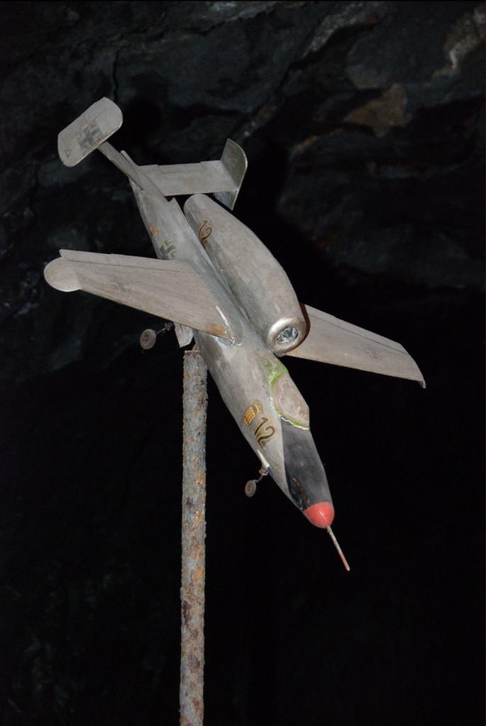 """...des """"Heinkel HE 162 Salamander"""" benutzt. Dazu wurden die..."""
