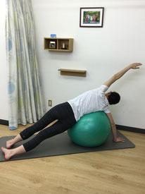 ボールを使った側弯症の修正エクササイズ