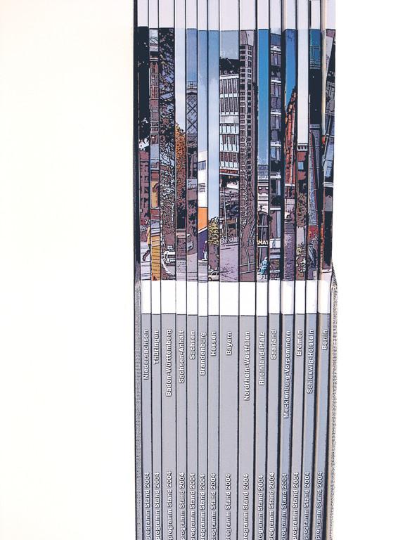 Leinen Schuber mit 16 Broschüren A4. 924 Seiten.