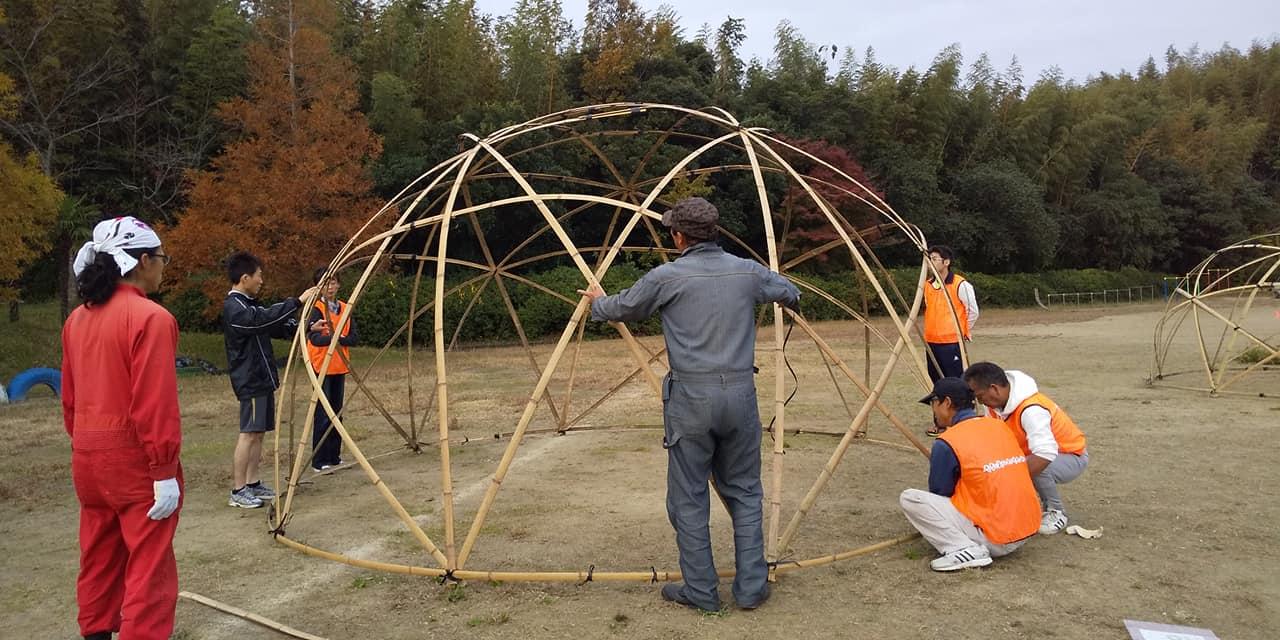 スタートしてから、大会前日、竹番長さんご指導の元、スタッフで組み立てた竹のスタードームの中を・・
