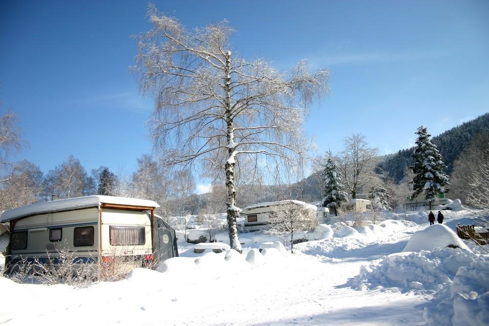 Seizoensplaatsen voor caravan mit elektriciteit en verwarmde waslokalen met cabines in het hart van de Vogezen in winter