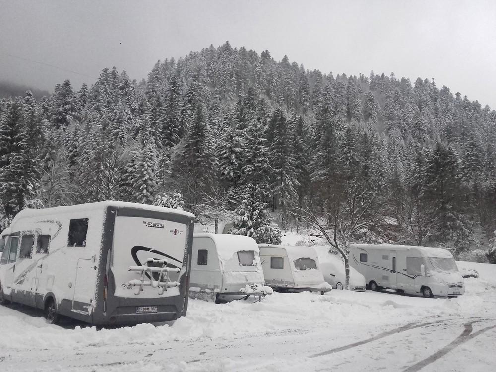 taanplaats voor camper mit elektriciteit en toegang tot verwarmde waslokalen met cabines in het hart van de Vogezen in winter