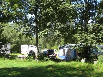 staanplaats gedeeltelijk schaduwrijke voor caravan mit elektriciteit in zomer  in het hart van de Vogezen