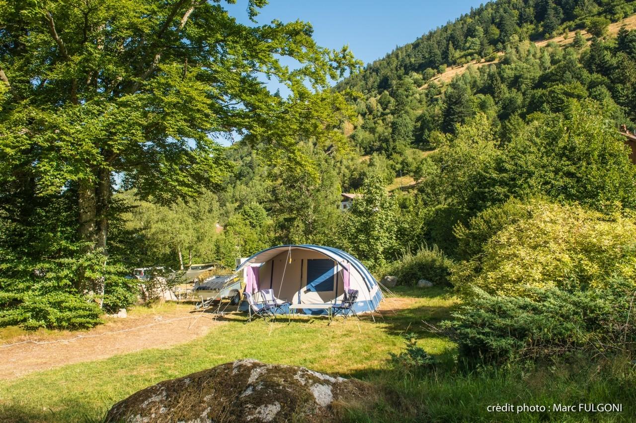 Campingzelt im Sommer mit Strom und Zugang zur Gesundheitsversorgung