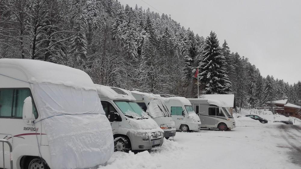 parking extérieur pour camping-car accessible en hiver avec électricité 6 ampères et sanitaires