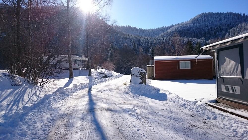 staanplaats voor caravan mit elektriciteit en toegang tot verwarmde waslokalen met cabines in het hart van de Vogezen in winter