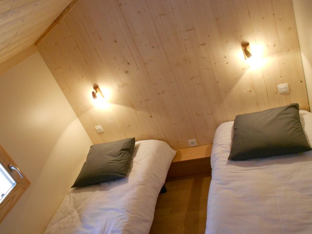 chambre à deux lits simples du chalet montagne