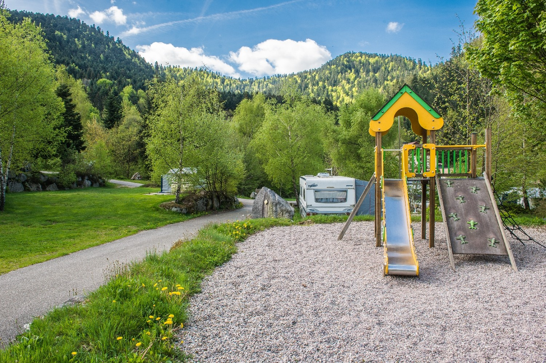 aire de jeux pour enfants 4-12 dans le camping au printemps
