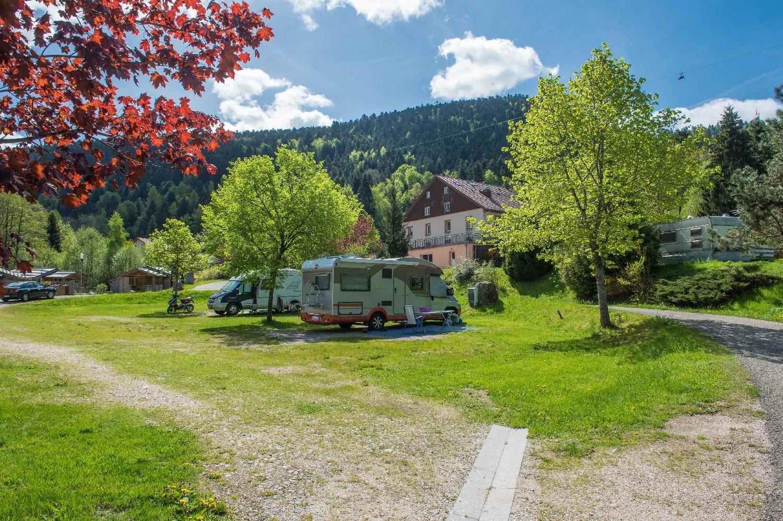 emplacement de camping pour camping-car en été avec électricité et accès aux sanitaires chauffés