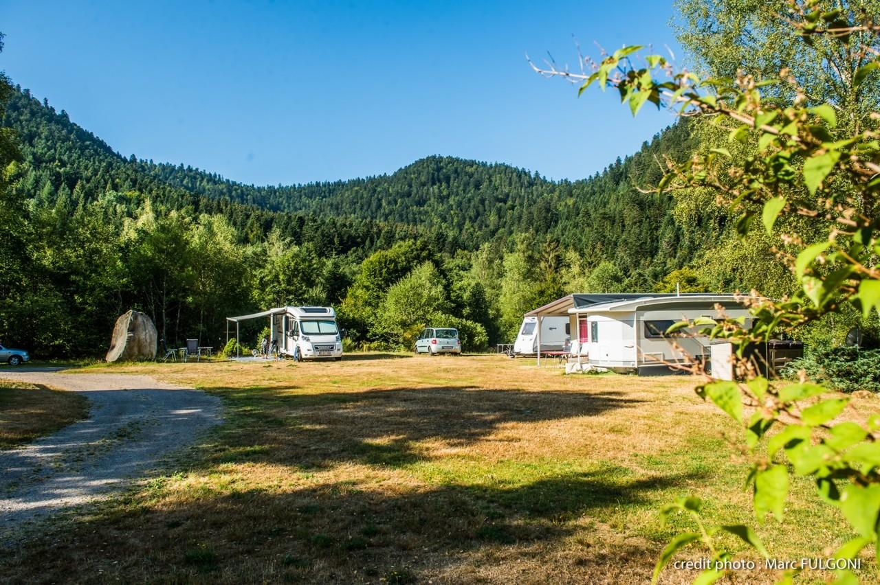 emplacement pour camping-car en été avec électricité