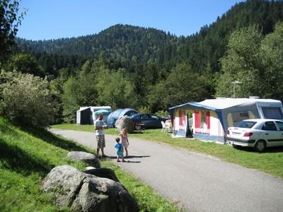 staanplaats voor caravan mit elektriciteit in zomer met uitzicht op de Vogezen