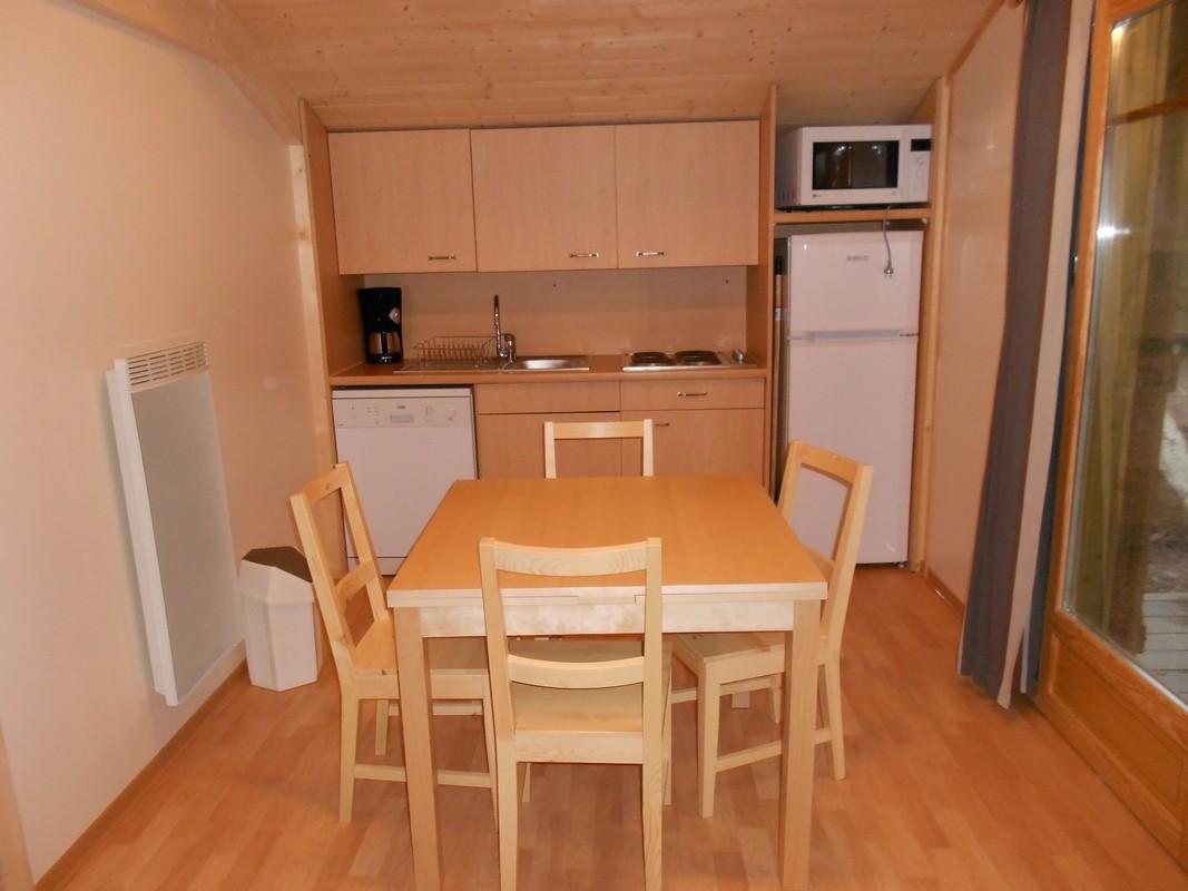 séjour du chalet montagne avec cuisine équipée, lave-vaisselle et réfrigérateur-congélateur