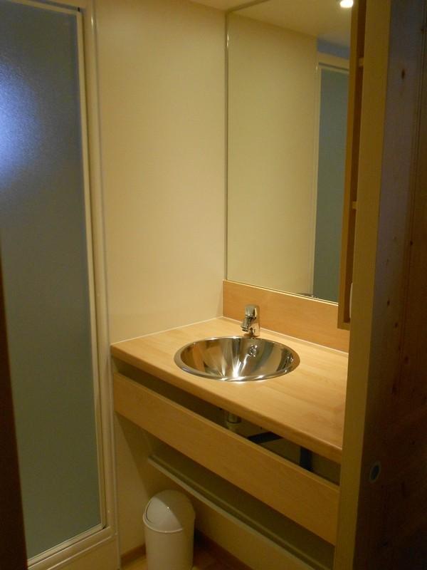 salle de bains avec douche et lavabo.  WC séparés