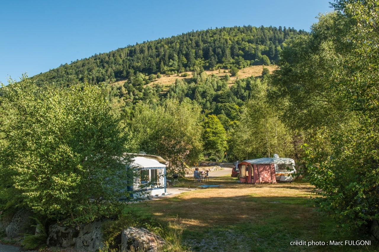 staanplaats voor caravan mit elektriciteit in zomer  in het hart van de Vogezen