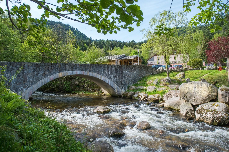 de camping haut des bluches wordt doorkruist door een rivier