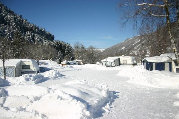 Seizoensplaatsen voor caravan mit elektriciteit en en toegang tot verwarmde waslokalen met cabines in domaine du haut des bluchesogezen in winter
