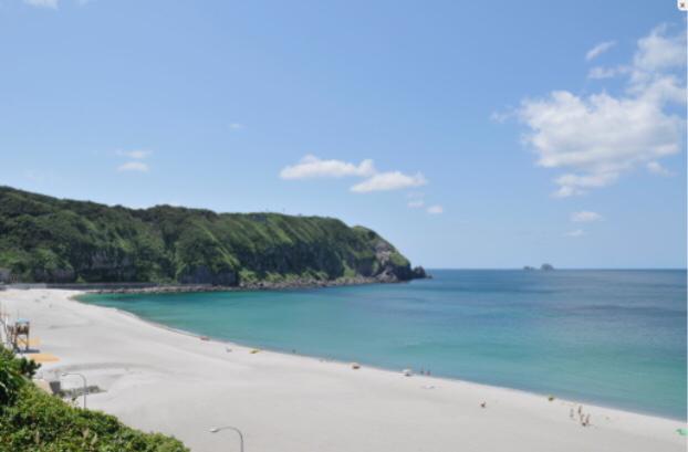 全長約800mのビーチです。海水浴はもちろん、真っ白な砂浜でビーチバレーも楽しめます。水平線に沈む夕陽もオススメです。