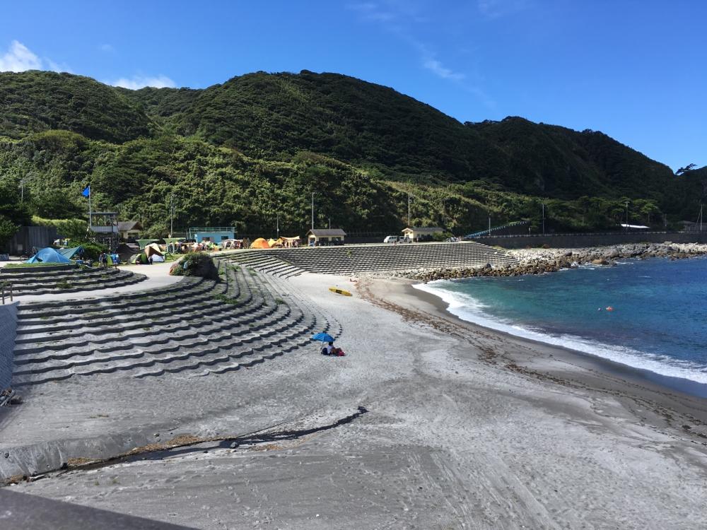 プライベートビーチのような静かな入江です。芝生の上でキャンプもできます。炊事用の設備もあり近くに温泉施設もあるのでキャンパーに人気です。