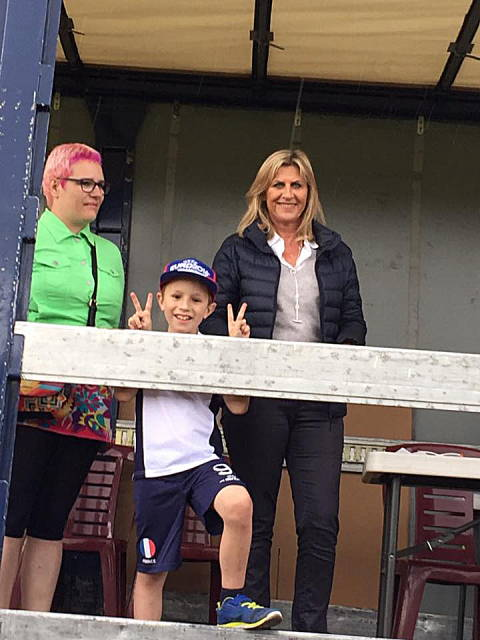 Axel Curt encadrée par sa maman Benoîte & Muriel Tissier, vice-présidente de Résurgence-Transhépate Rhône-Alpes.