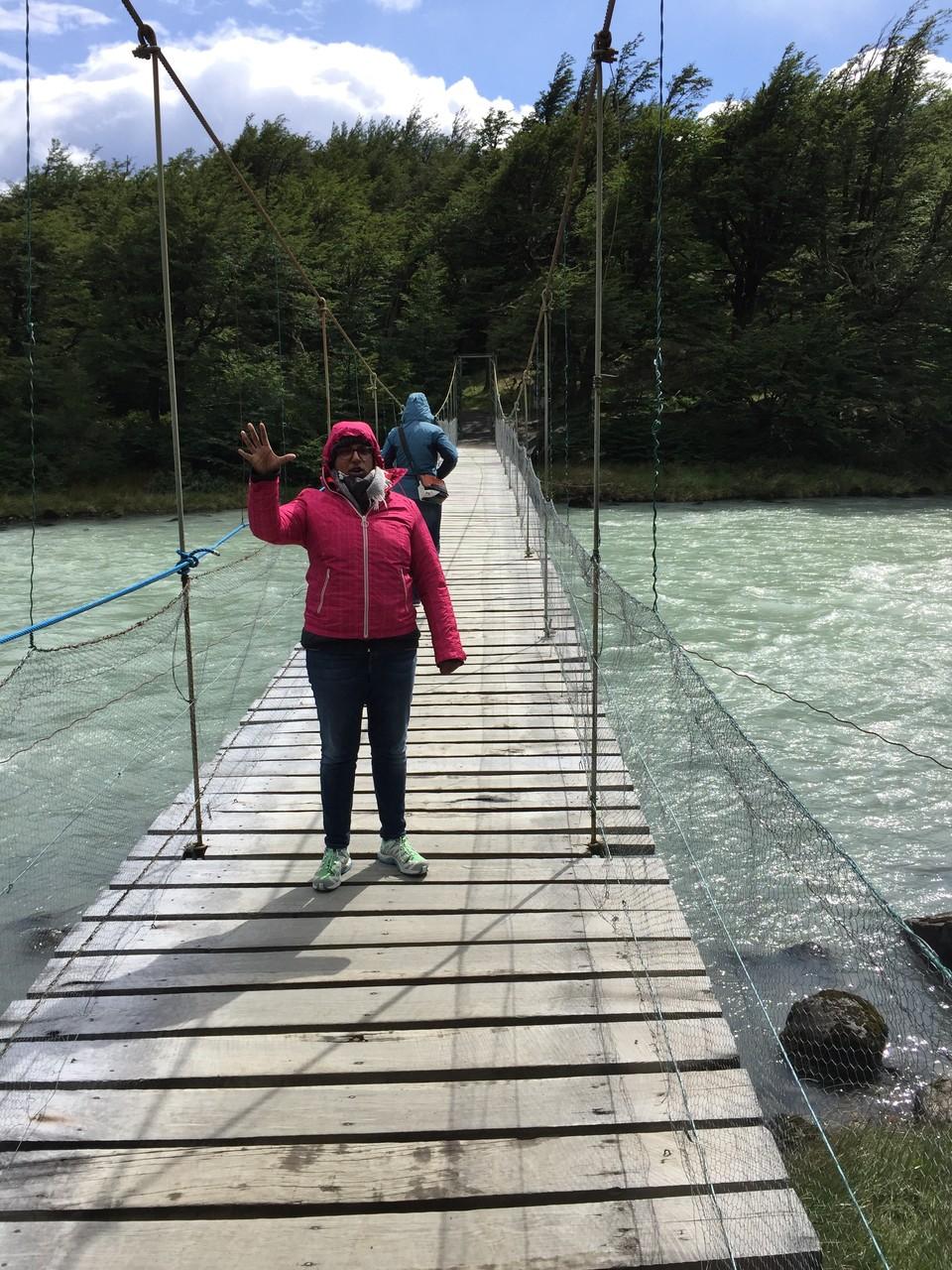 Auf dem Weg zum Schiff über die Hängebrücke.....