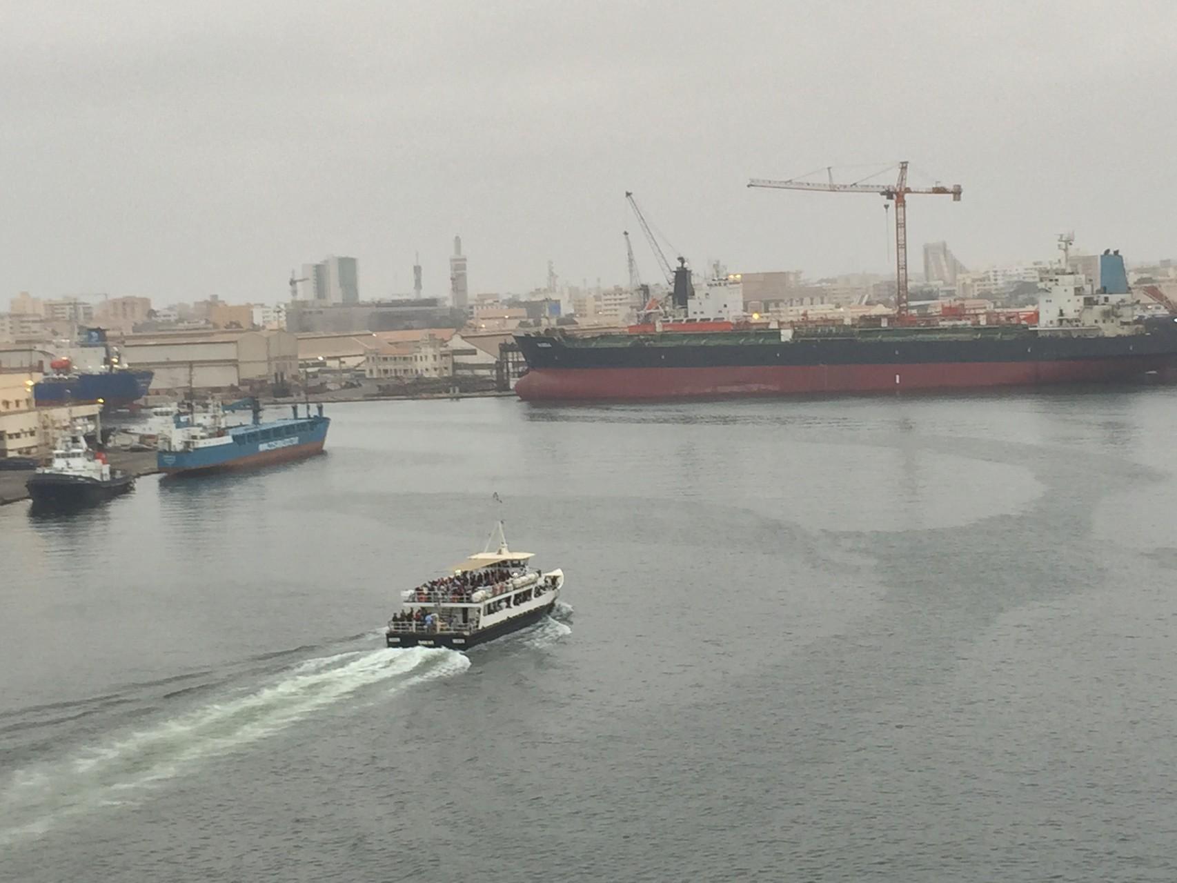 Einfahrt in den Hafen von Dakar