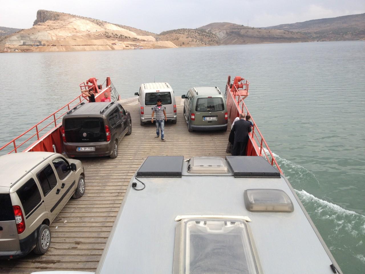 Mit der Fähre über den Atatürk-Staudamm