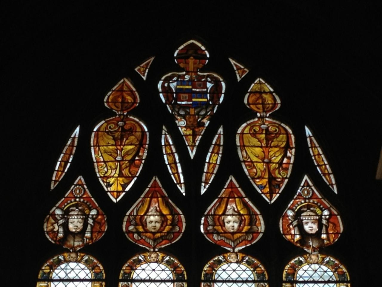mit der Kirche und den tollen Fenstern