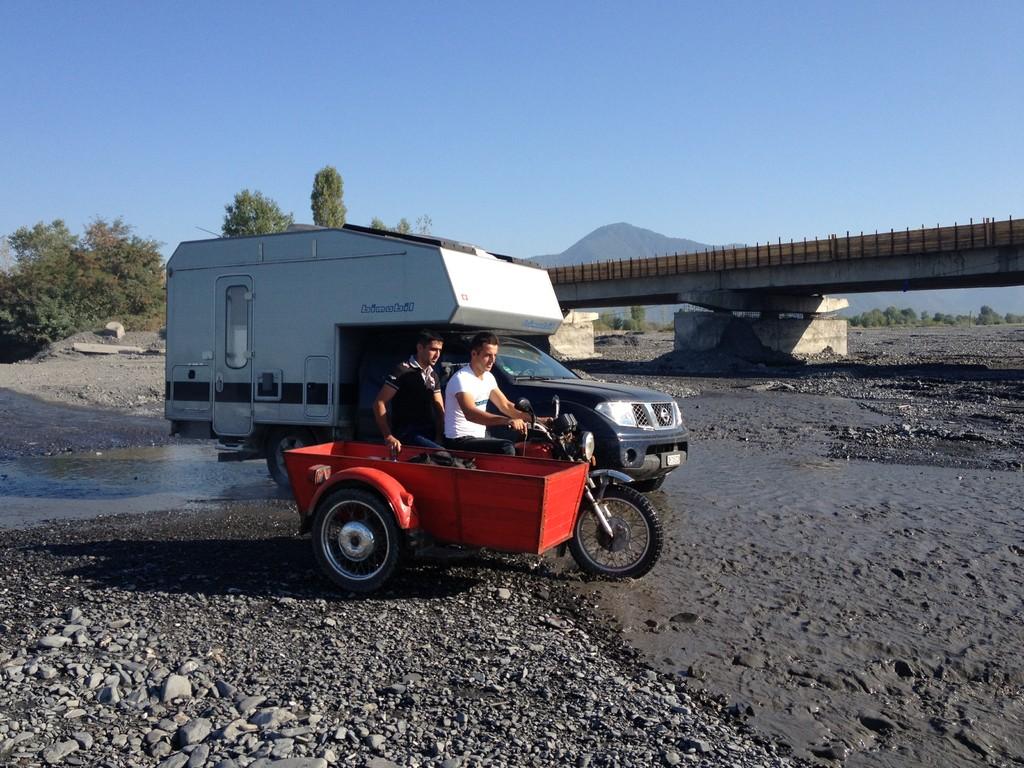 Bachdurchquerung - werden von Motorrad überholt
