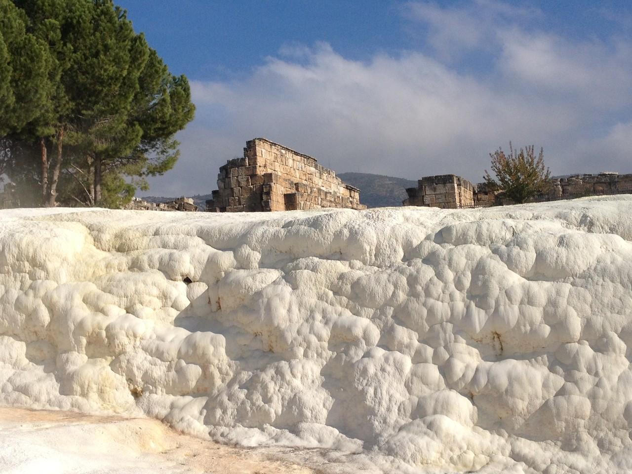 Oberhalb der Terassen die Ruinen von Hierapolis