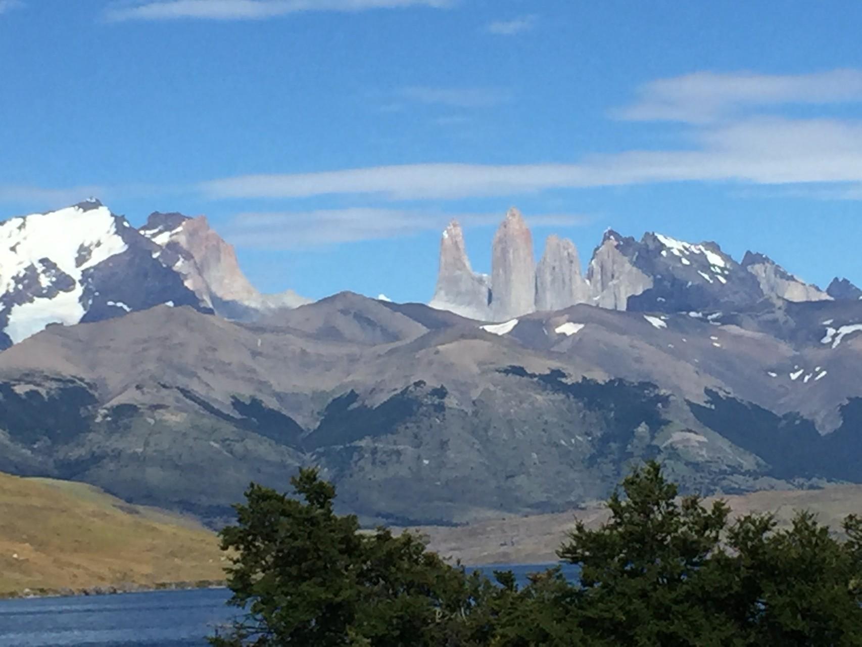 vom Lake Azul her die Torre del Paine