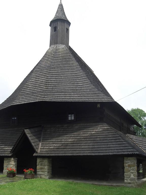 Artiluarkirche in Tvrdosin mit wunderschönem Altar und Deckenmalereien