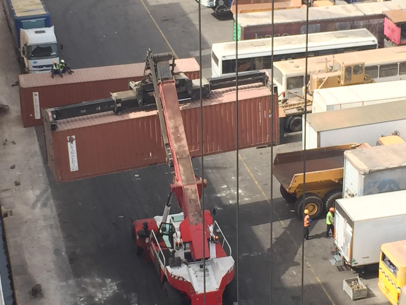 Wegtransport der Container