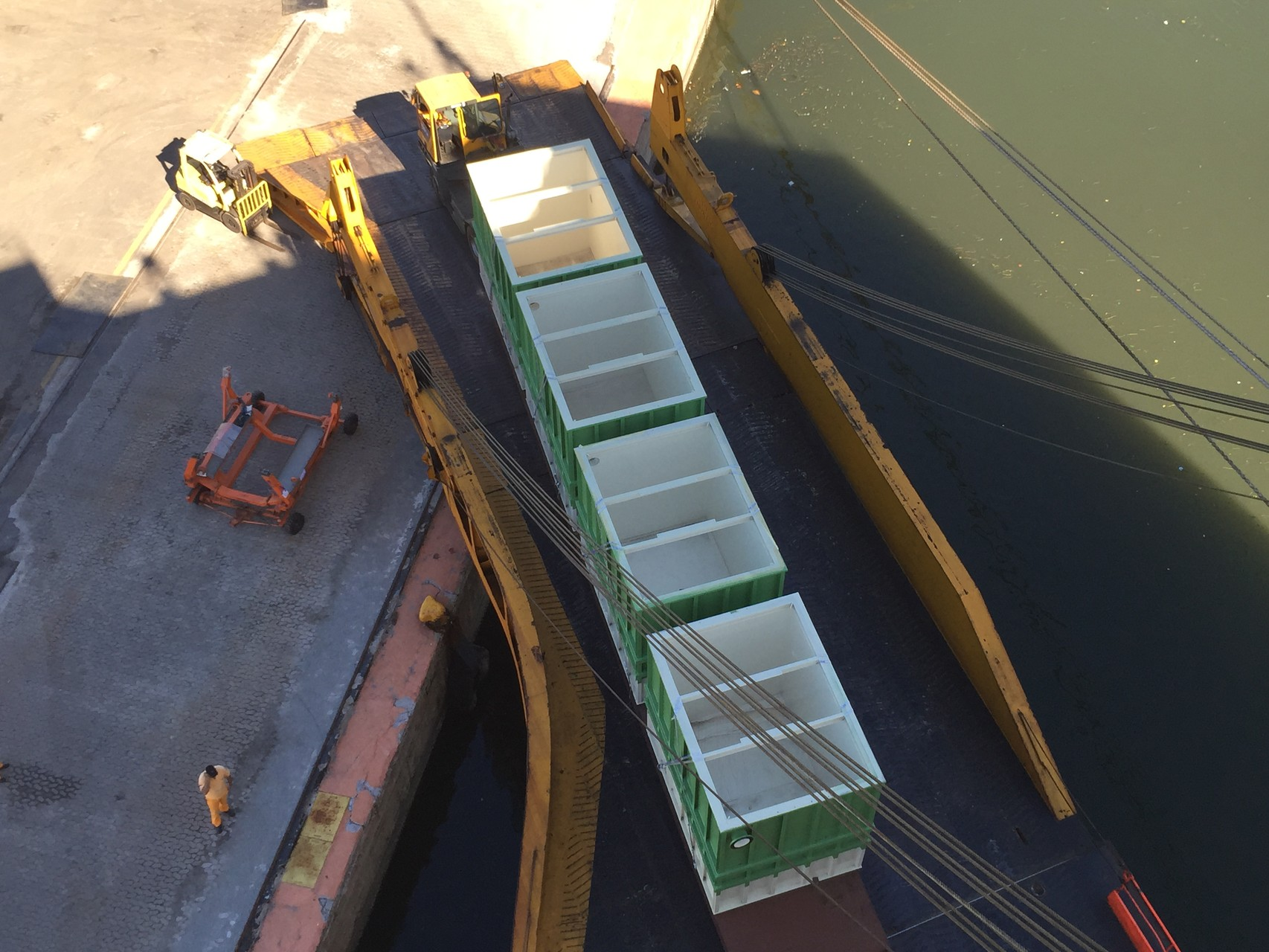 Riesige Container und Waren werden aus dem Schiffsrumpf gefahren