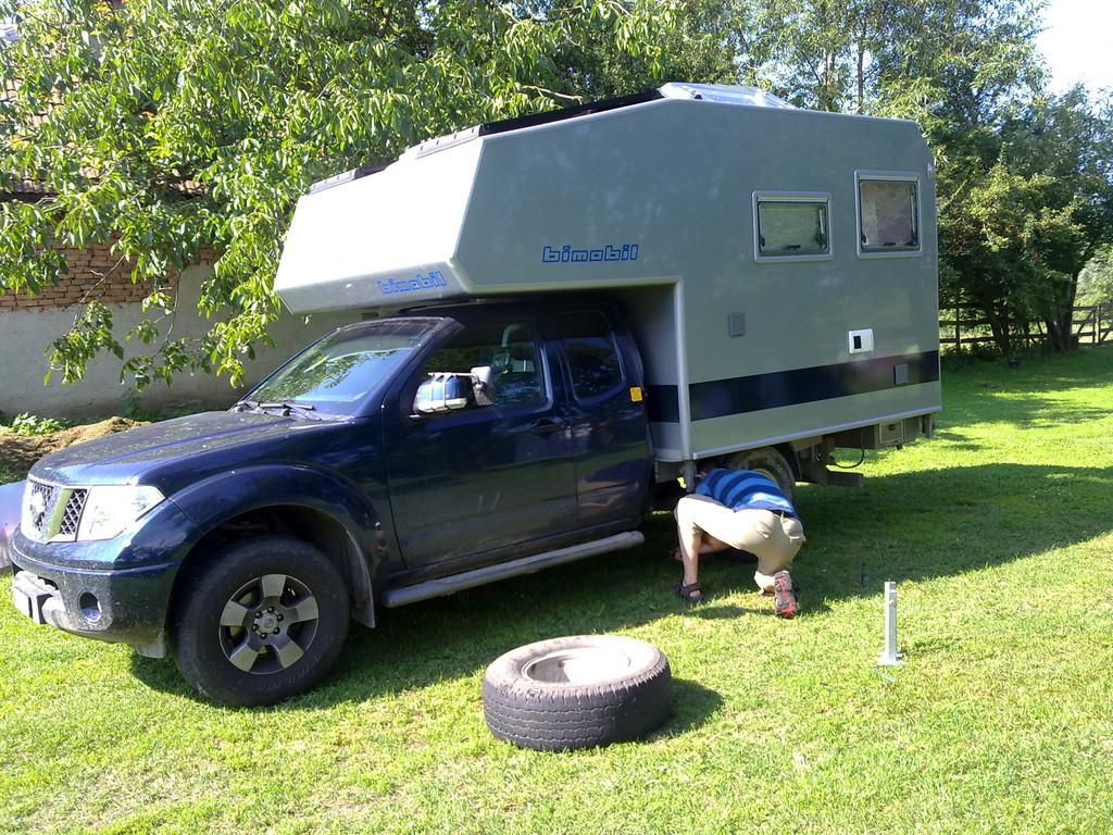 Beat beim Felgenwechseln auf dem Camping Carta