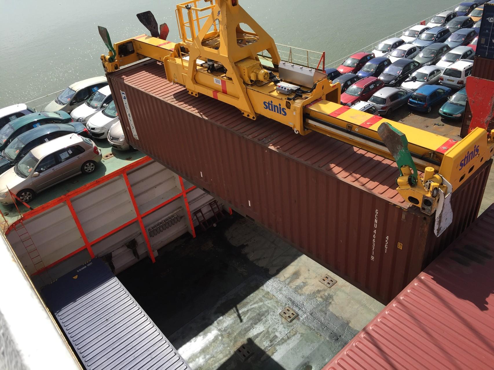 Container laden auf Deck...