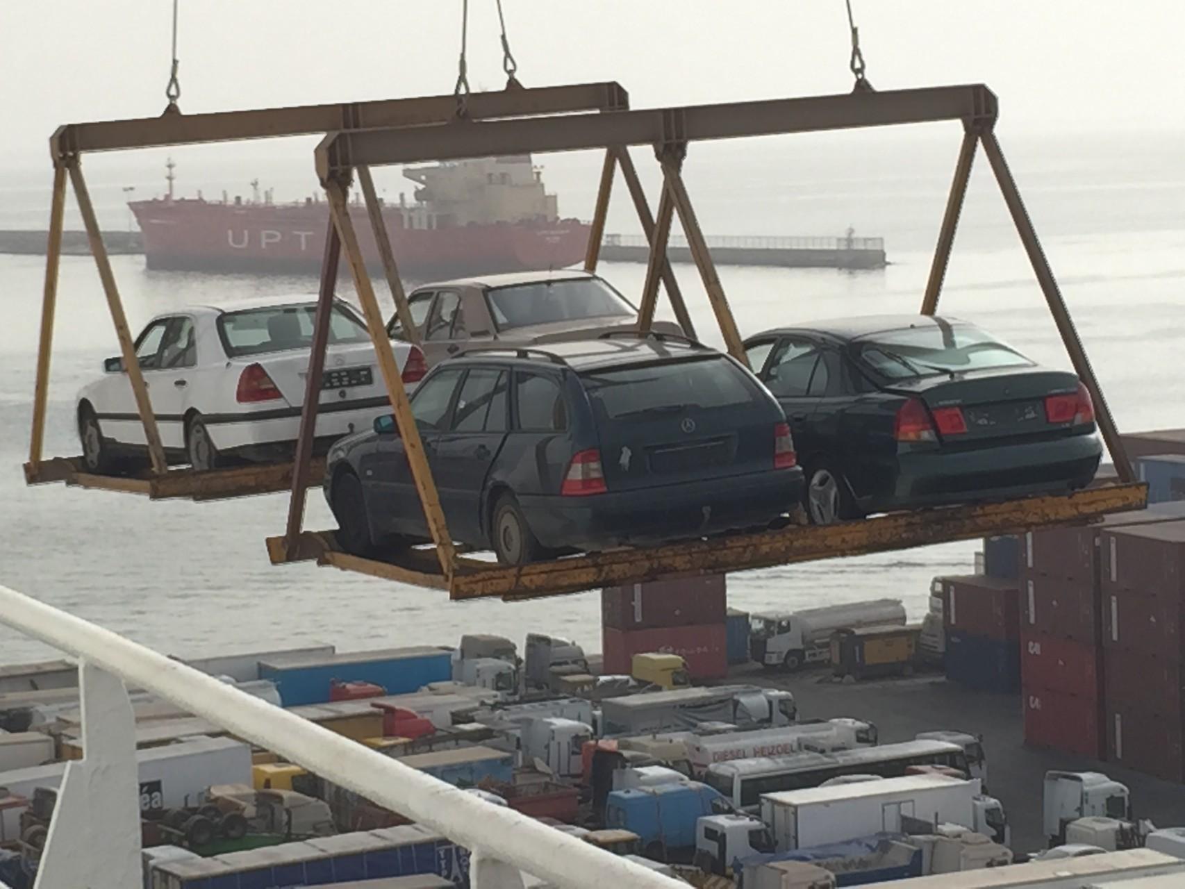 Entladen der Autos vom Deck