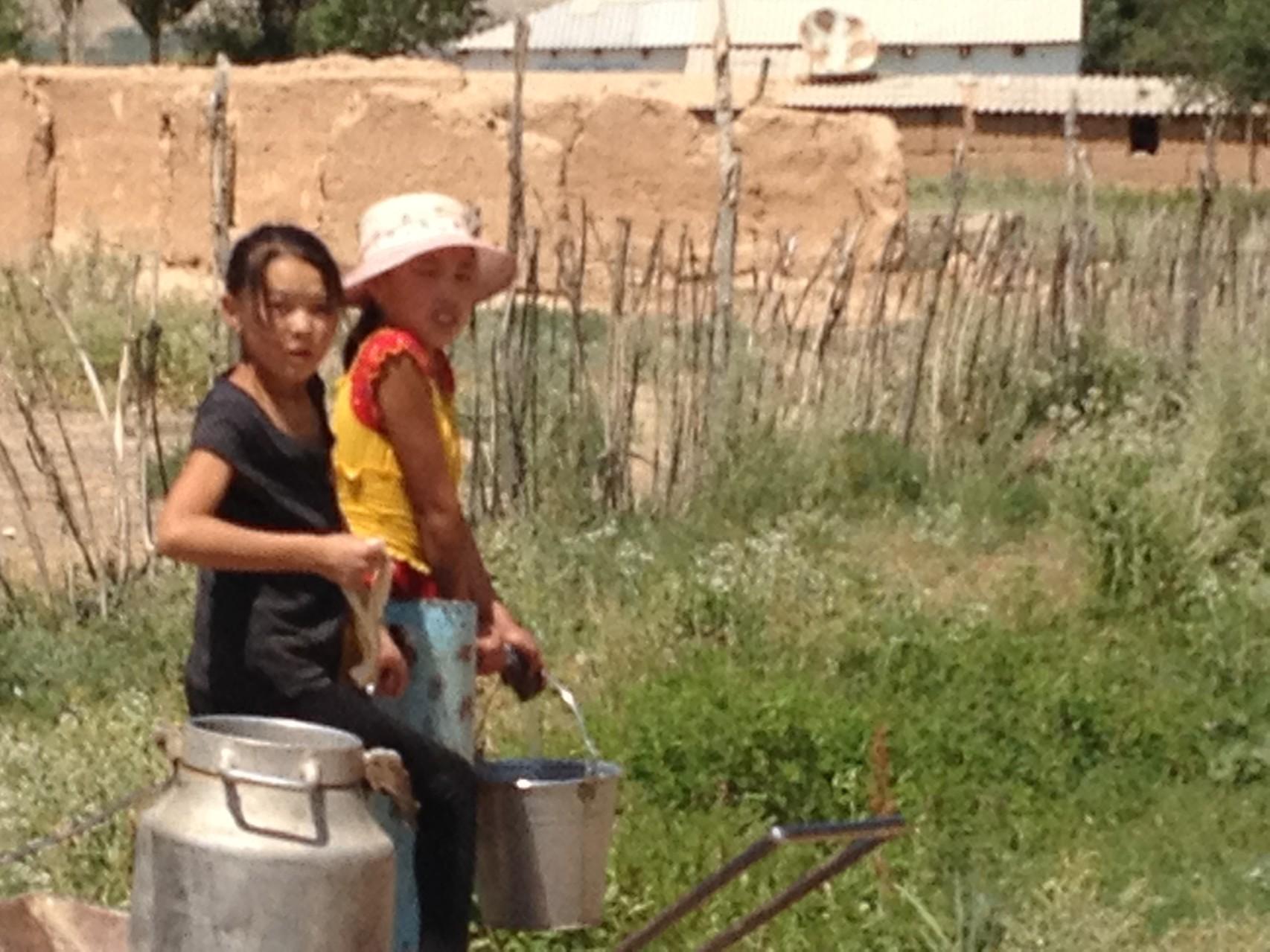 Wasser holen im Dorf