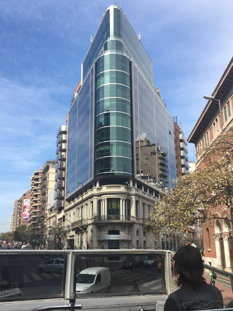 Unten alt und darauf ein neues Gebäude
