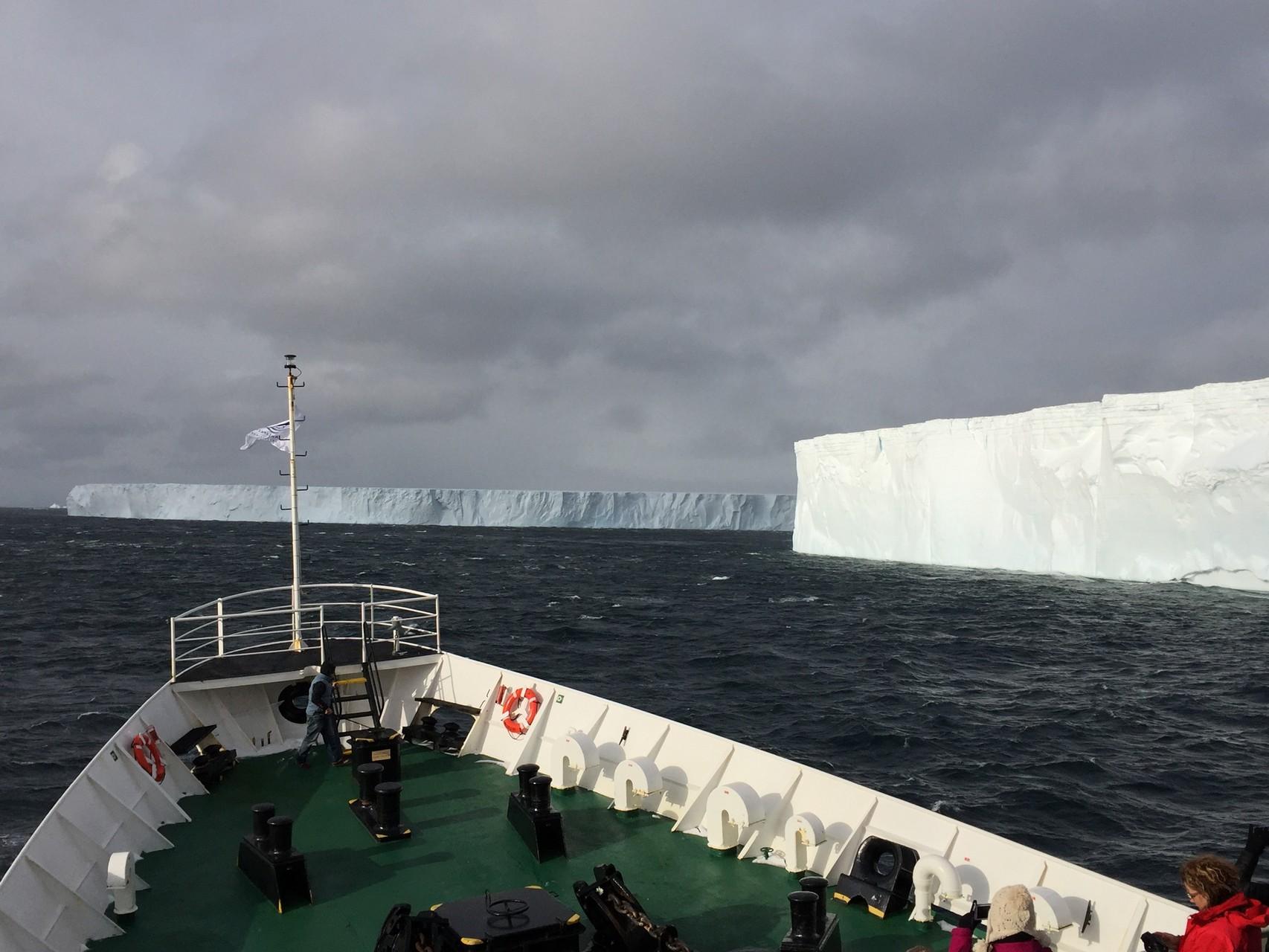 Antarctic Sound mit Tagelbergen