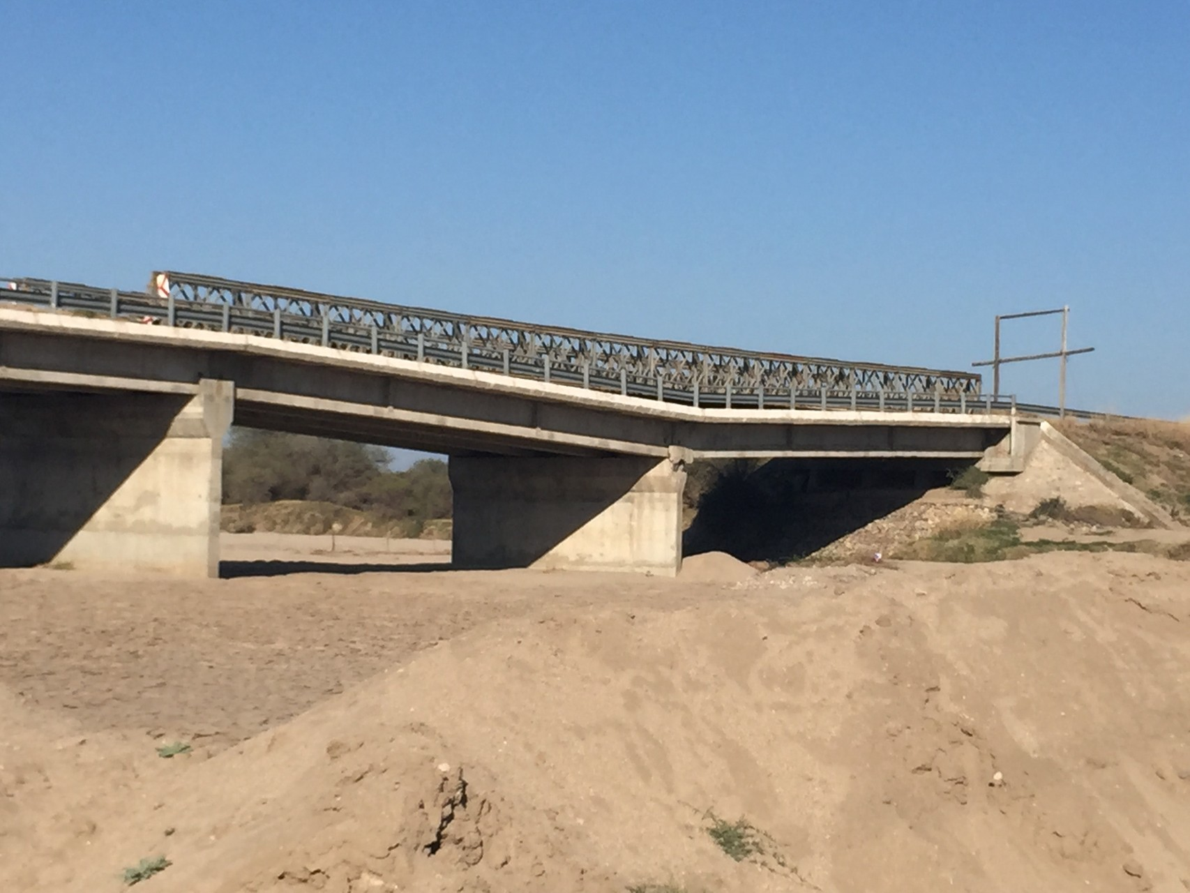 Brücke vom Fluss weggerissen