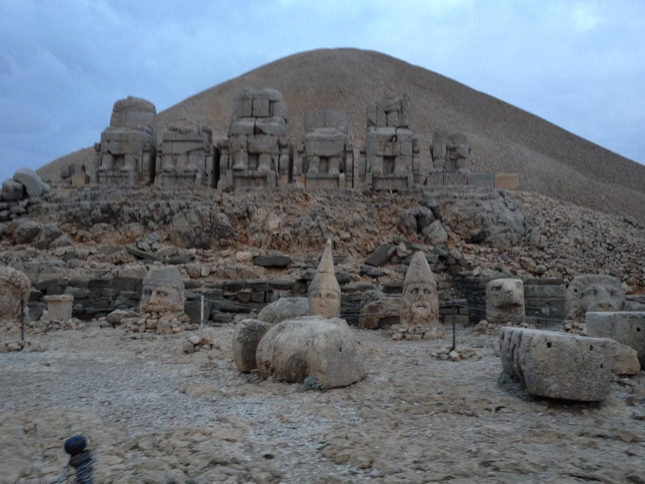 Steinfiguren 4-5m hoch die ursprünglich auf Stelzen von 12m standen